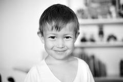 Portrait d'un garçon dans sa chambre Photo libre de droits