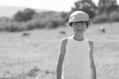 Portrait d'un garçon dans un T-shirt et un chapeau Image libre de droits