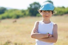 Portrait d'un garçon dans un T-shirt et un chapeau Photo libre de droits