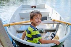Portrait d'un garçon dans un bateau photographie stock libre de droits