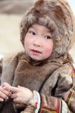Portrait d'un garçon de Nenets dans l'habillement traditionnel de fourrure Photographie stock