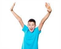 Portrait d'un garçon dirigeant le doigt montrant des émotions expressives sur un fond blanc avec une chemise bleue images stock