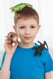 Portrait d'un garçon jouant avec le dinosaure Photographie stock libre de droits