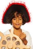 Portrait d'un garçon jouant la barre de direction de pirate photographie stock