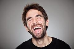 Portrait d'un garçon normal riant sur le blanc photos libres de droits
