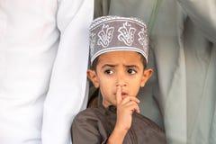 Portrait d'un garçon omanais dans une robe omanaise traditionnelle Nizwa, Oman - 15/OCT/2016 photos libres de droits