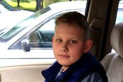 Portrait d'un garçon s'asseyant dans la voiture Photographie stock libre de droits