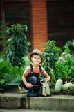 Garçon travaillant dans le jardin photographie stock libre de droits