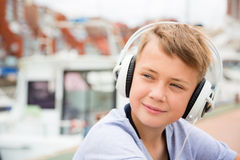 Portrait d'un garçon dans des écouteurs Photographie stock libre de droits