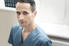Portrait d'un gentil docteur beau Photos stock