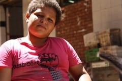 Portrait d'un grand garçon, fond de rue à Gizeh, Egypte Photographie stock