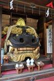 Portrait d'un grand mâle Lion Head Statue au tombeau de Namiyoke Inari Jinja à Tokyo, Japon photos libres de droits