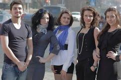 Portrait d'un groupe d'étudiants se tenant sur une rue de ville Images stock