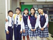 Portrait d'un groupe d'enfants asiatiques d'école primaire Images stock