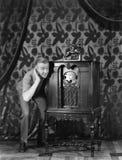 Portrait d'un homme écoutant la musique d'une radio et sourire (toutes les personnes représentées ne sont pas plus long vivantes  Image libre de droits