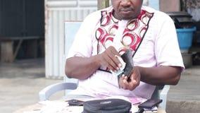 Portrait d'un homme adulte avec le portefeuille banque de vidéos