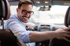 Portrait d'un homme d'affaires bel conduisant la voiture image libre de droits