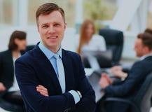 Portrait d'un homme d'affaires bel devant son équipe Photo stock
