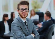 Portrait d'un homme d'affaires bel devant son équipe Photographie stock libre de droits