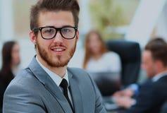 Portrait d'un homme d'affaires bel devant son équipe Images stock