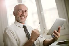 Portrait d'un homme d'affaires de sourire avec un comprimé photos libres de droits