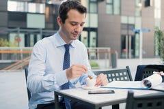 Portrait d'un homme d'affaires pendant la pause-café photos libres de droits