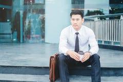 Portrait d'un homme d'affaires regardant le succès de pensée c de vue Image libre de droits