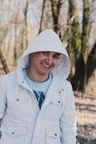 Portrait d'un homme affectueux heureux attendant son amie en parc Photographie stock libre de droits