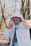 Portrait d'un homme affectueux heureux attendant son amie en parc Image stock