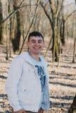 Portrait d'un homme affectueux heureux attendant son amie en parc Images libres de droits