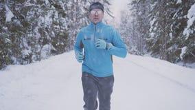 Portrait d'un homme 30 années, fonctionnant par la forêt d'hiver photo stock