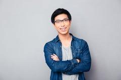 Portrait d'un homme asiatique heureux avec des bras pliés Images libres de droits