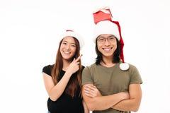 Portrait d'un homme asiatique heureux dans le chapeau de Noël Photos stock
