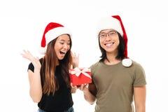 Portrait d'un homme asiatique satisfaisant dans le chapeau de Noël Photos stock