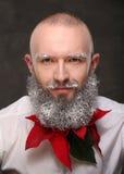 Portrait d'un homme avec la longue barbe peinte dans le blanc Photographie stock