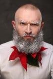 Portrait d'un homme avec la longue barbe peinte dans le blanc Images stock