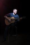 Portrait d'un homme barbu avec la guitare photo libre de droits