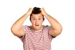 Portrait d'un homme barbu confus tenant des mains sur sa tête type émotif d'isolement sur le fond blanc images stock