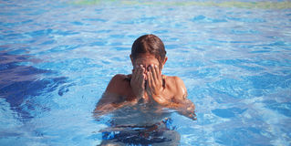 Portrait d'un homme bel dans la piscine Images libres de droits