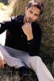 Portrait d'un homme bel dans le costume dehors Image stock