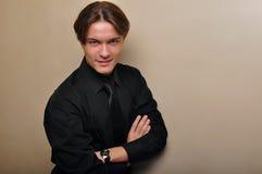 Jeune homme bel dans une chemise noire. Modèle masculin. Image libre de droits