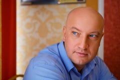 Portrait d'un homme bel dans une chemise regardant loin photographie stock libre de droits