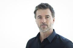 Portrait d'un homme bel sérieux d'isolement sur le blanc Photo libre de droits