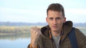 Portrait d'un homme blanc fâché secouant son poing regardant à la caméra agressivement extérieure banque de vidéos