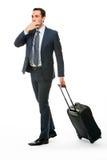 Portrait d'un homme d'affaires avec la valise arrêtant un taxi Photo stock