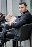 Portrait d'un homme d'affaires barbu avec un journal Photo stock