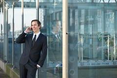 Portrait d'un homme d'affaires de sourire appelant par le téléphone portable Photographie stock libre de droits