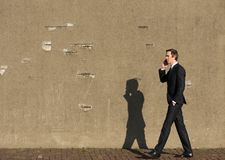 Portrait d'un homme d'affaires marchant et parlant sur le téléphone portable Photos stock