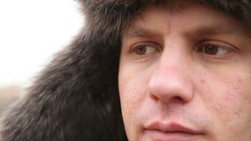 Portrait d'un homme dans le chapeau de fourrure d'hiver clips vidéos