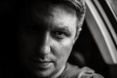Portrait d'un homme dans un plan rapproché de voiture dans des tons noirs et blancs Photo monochrome images libres de droits